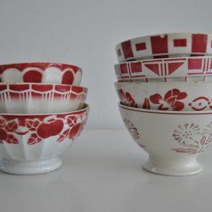 Forskellige rødmønstrede franske cafeoleskåle