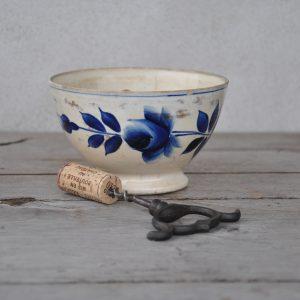 Smuk fransk cafeóleskål med mørkeblå blomster