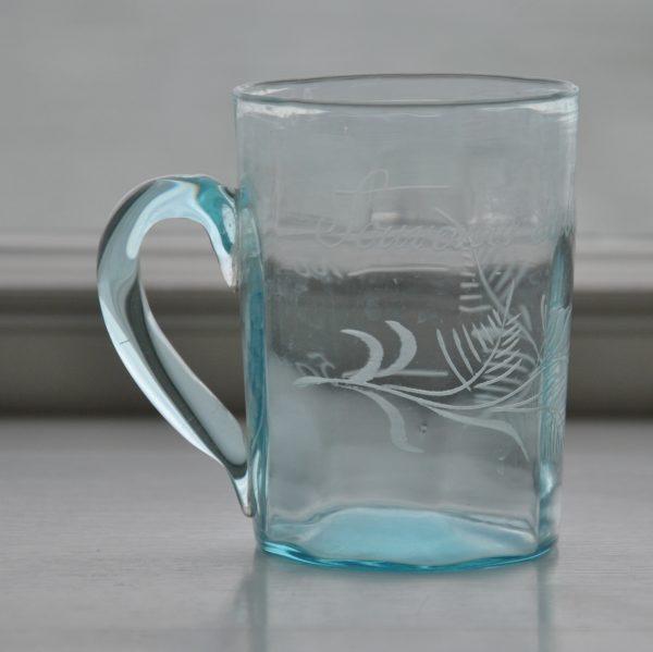 Gammelt lyseblåt fransk glas med hank