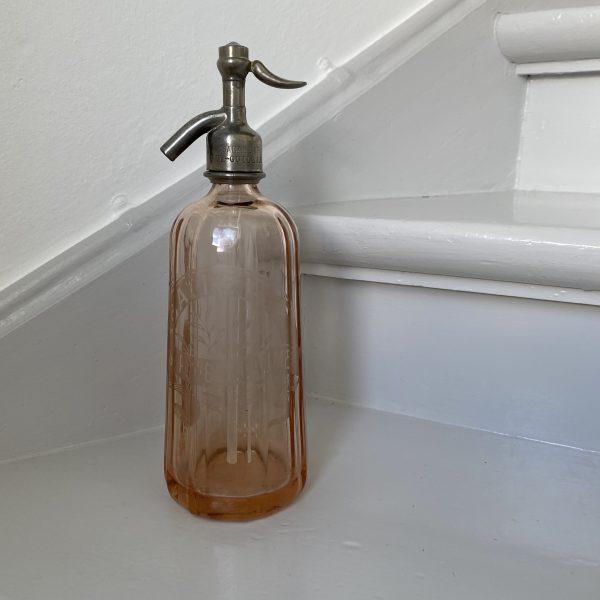 Lyserød rillet sifonflaske